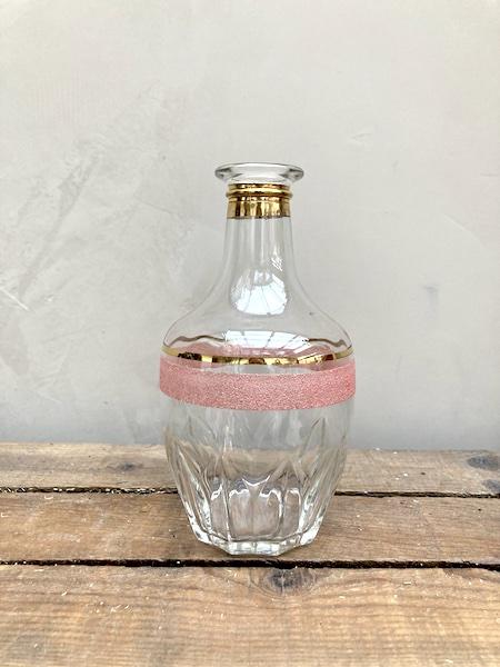 Carafe en verre sablé rose et or
