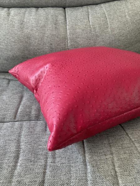Coussin Skai Rouge imitation cuir d'Autruche 50x50