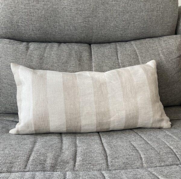 Coussin en lin rectangle beige à rayures