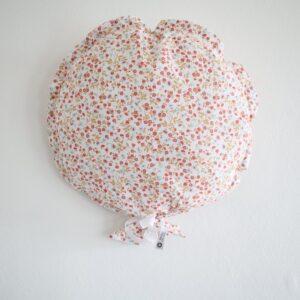 Ballon décoratif en tissu fleuri blanc et rouge