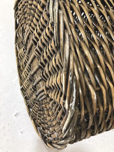 Panier à linge en osier foncé